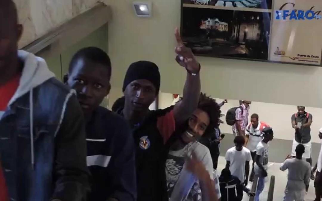 El Gobierno central trasladó esta mañana a 50 subsaharianos a la península mediante un salvoconducto