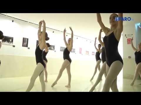 Rosa Founaud inaugura una muestra fotográfica para conmemorar los 30 años de la escuela de danza.