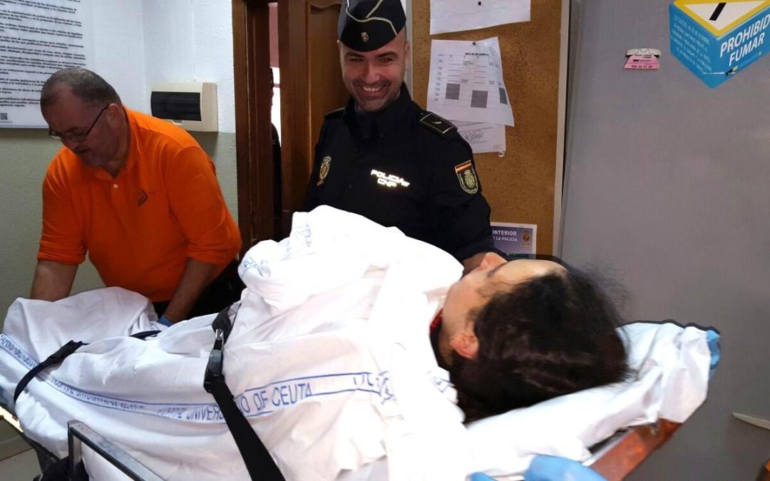 Miembros de la Policía en la frontera atienden el parto de un bebé