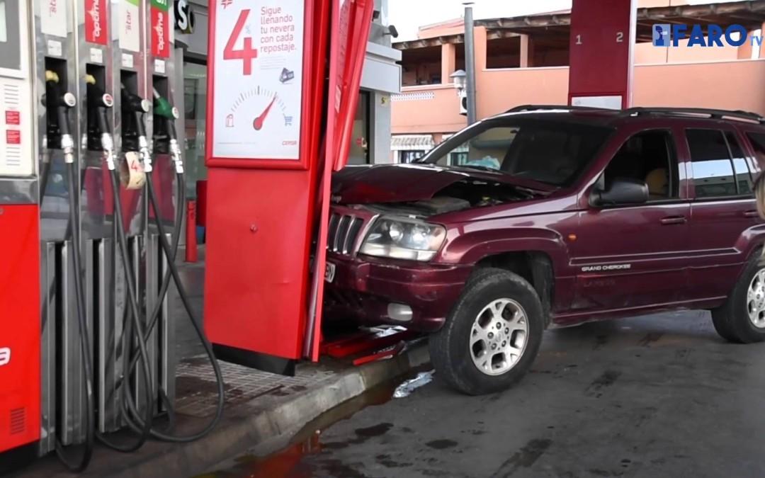 Un todoterreno se empotra contra una gasolinera de Cañonero Dato