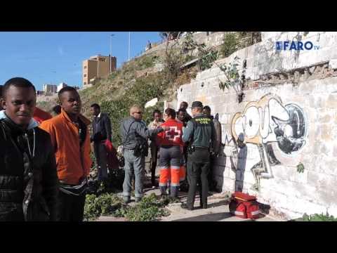 17 subsaharianos llegan a la playa del Sarchal