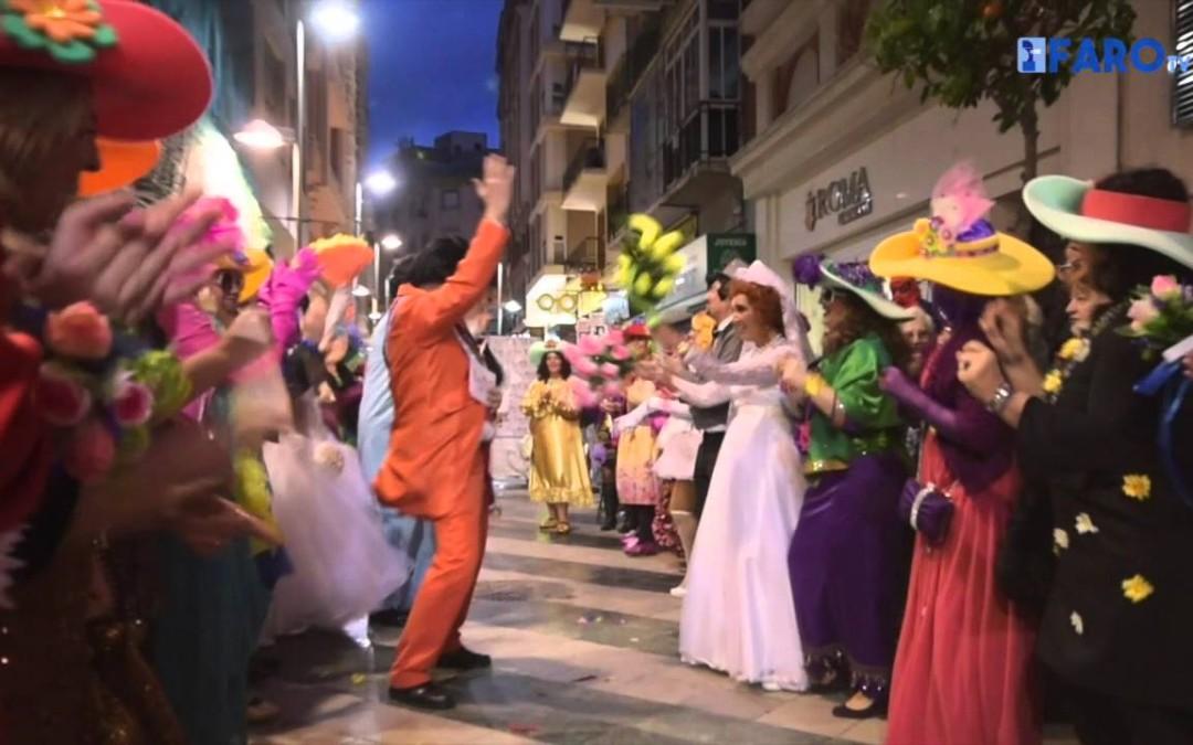 'Los Popi' llenan la calle de novios y novias para darse el 'sí quiero'