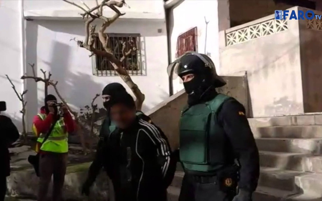 La Guardia Civil traslada al helipuerto al detenido por hacer propaganda al Daesh