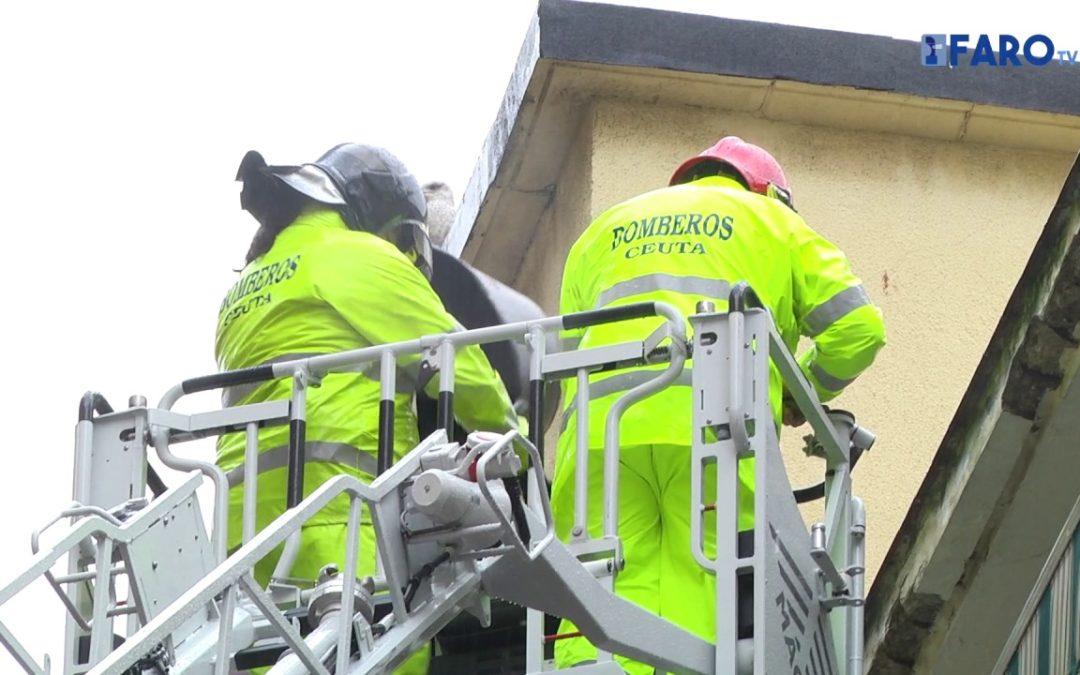 Bomberos sanea una fachada en la calle Antioco
