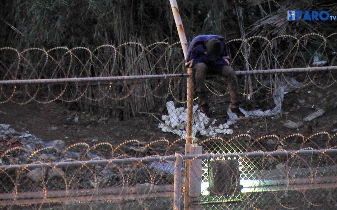 Más de 70 inmigrantes se encaraman a la valla tras intentarlo casi 1.000
