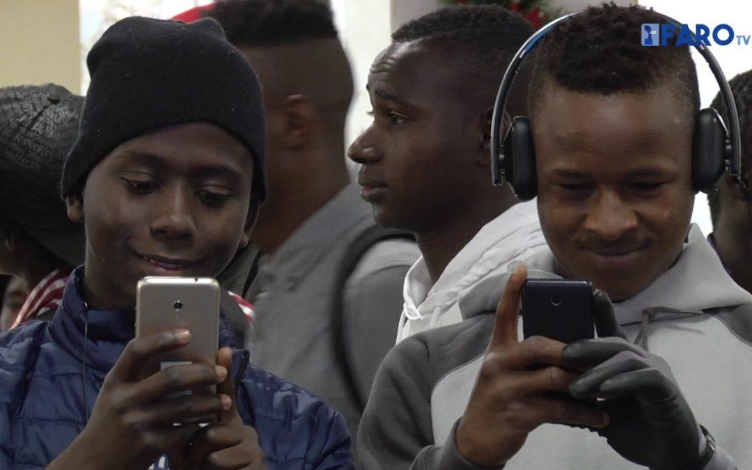 80 subsaharianos parten hacia la Península en la primera salida del año