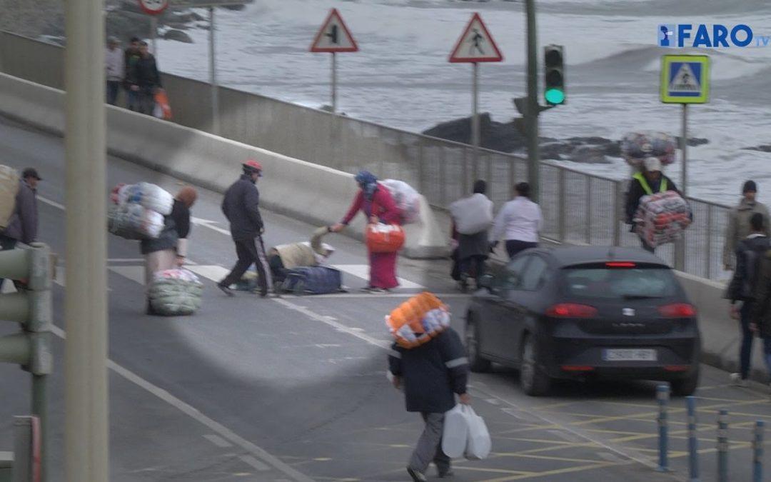 Porteadores en vez de coches en las colas a la frontera