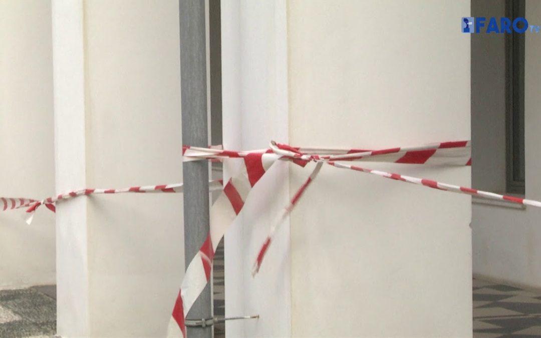 Se desprenden paneles del Instituo de Idiomas por el temporal