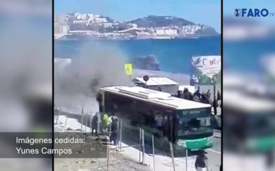 Bomberos actúa ante el incendio de un autobús en la frontera
