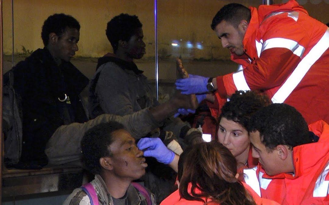 Cuatro inmigrantes cruzan la doble valla y entran en Ceuta cortados por concertinas