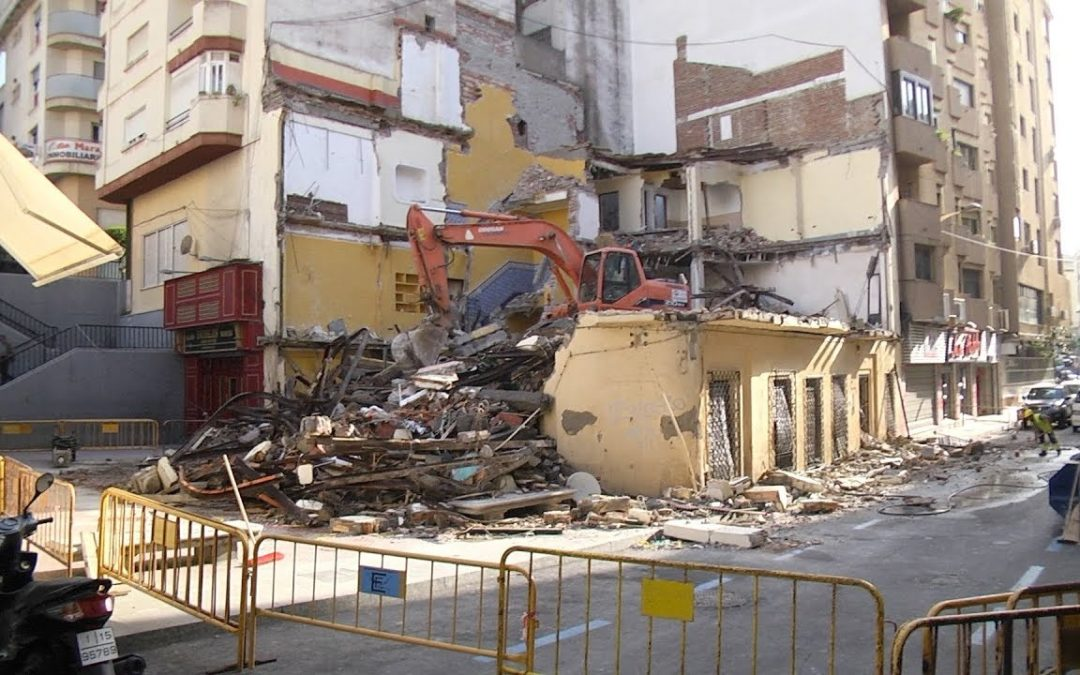 Un edificio, reducido a escombros en pleno centro de Ceuta, en la esquina de calle Antioco