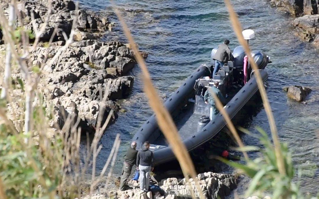 La Guardia Civil recupera una planeadora embarrancada en la costa del Sarchal