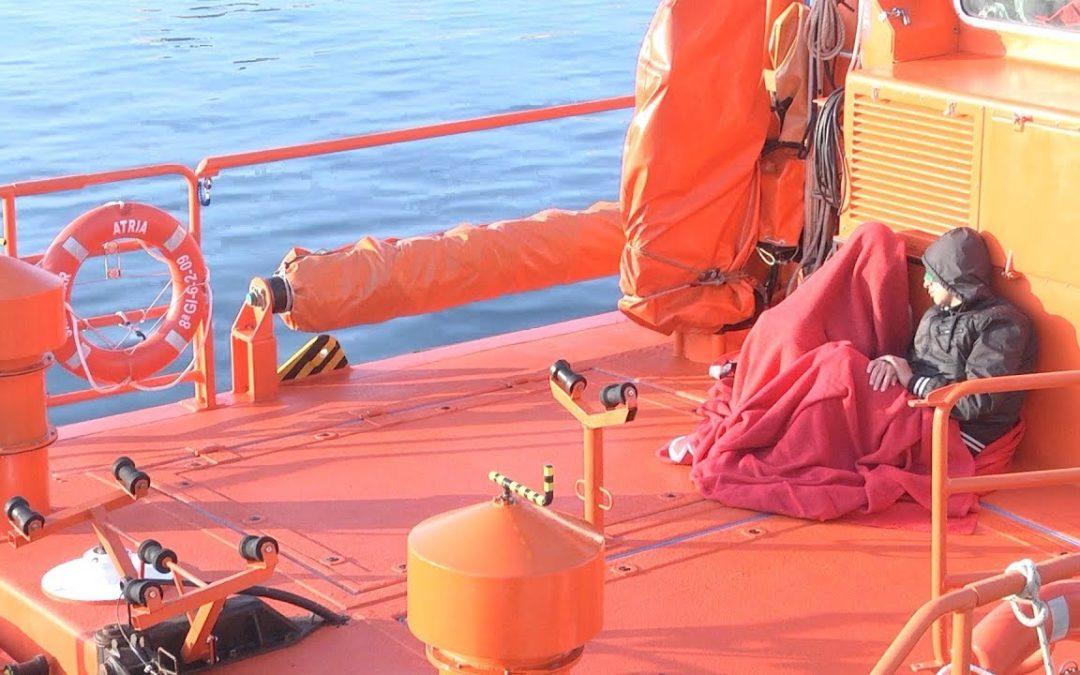Salvamar rescata a dos magrebíes con hipotermia