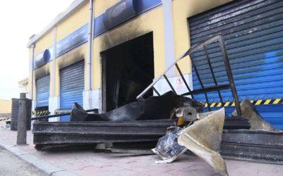 Destrozado por un incendio un taller y un local de seguros en la Almadraba