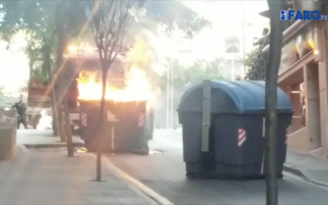 Expectación en la Plaza de los Reyes ante la nueva quema de un contenedor