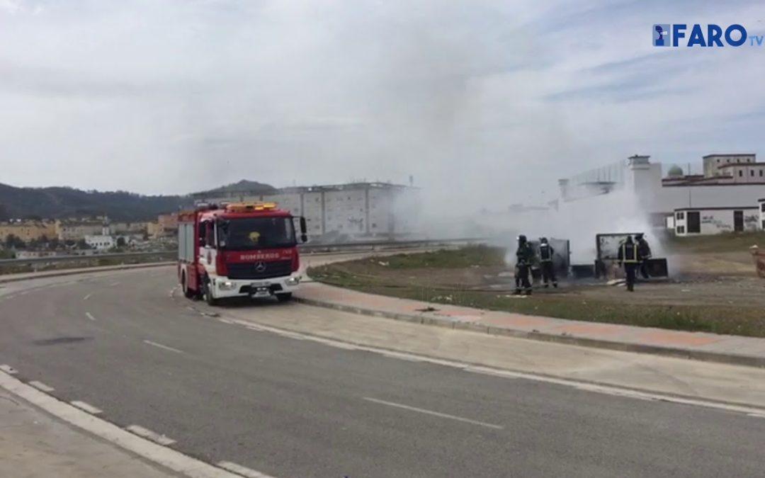 Bomberos interviene en el fuego de dos contenedores de cartón en Arroyo de las Colmenas