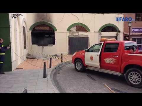 El viento obliga a los bomberos a derribar un muro en la Plaza Vieja por peligro de derrumbe