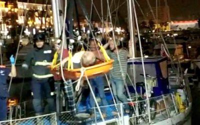 Bomberos libera al ocupante de un velero con un rescate aéreo en el puerto deportivo
