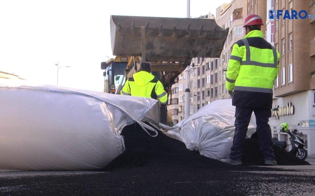Un camión pierde parte de la carga y bloquea el tráfico en el Sardinero