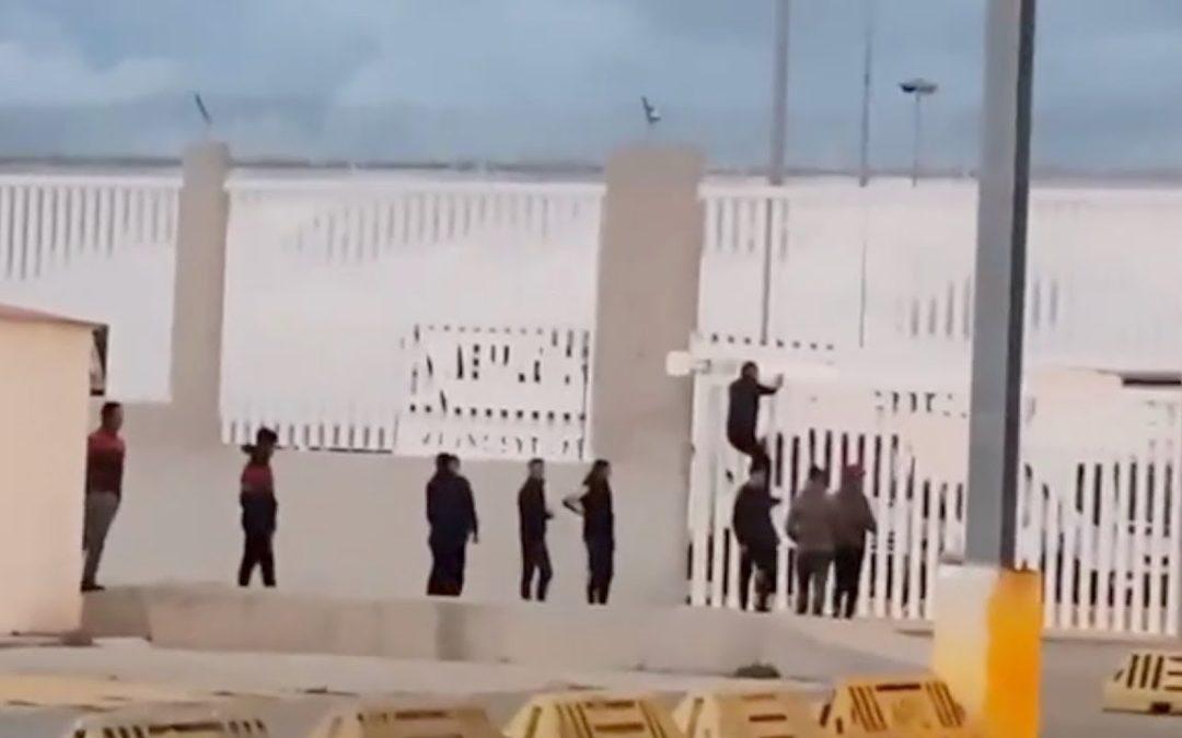 Avalancha de inmigrantes en el puerto: solo un guardia y un policía portuario en el control