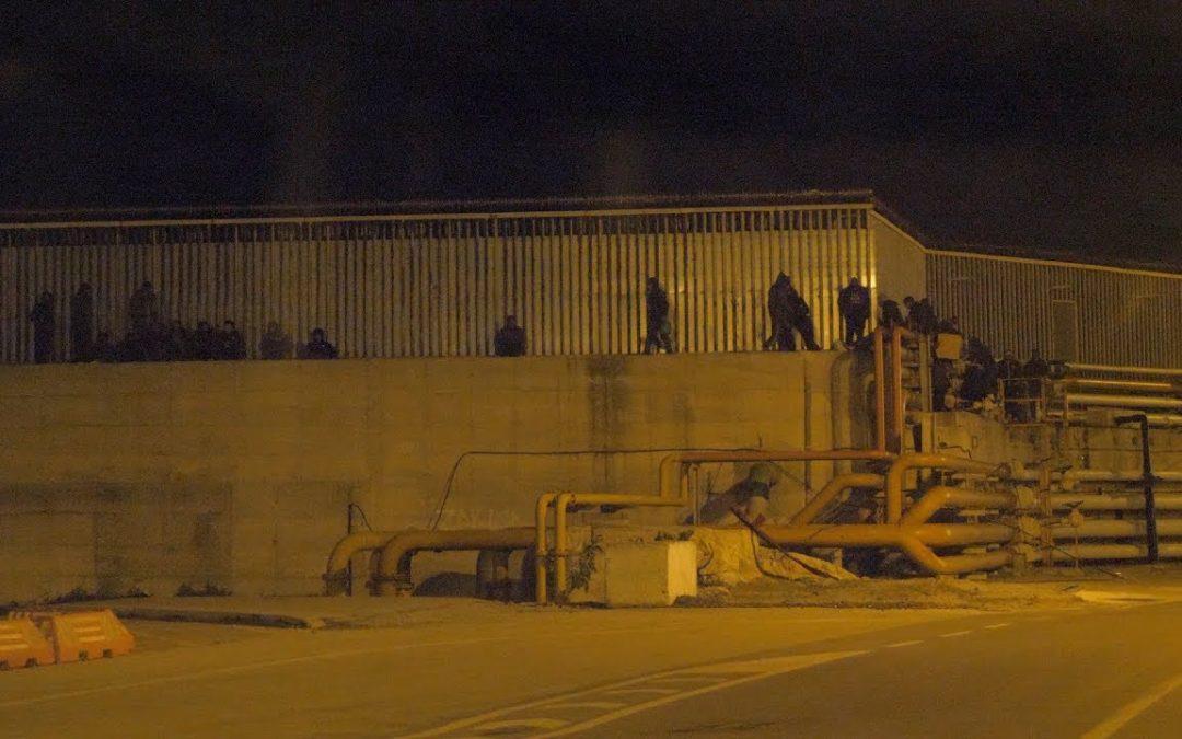 Noches en el puerto de Ceuta: fugas de inmigrantes, camioneros hartos y agentes superados