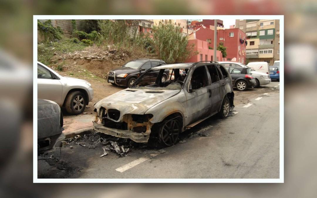 Queman el vehículo particular de un policía local en el Recinto