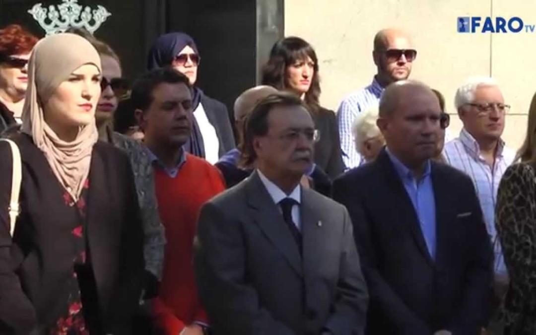 La Ciudad ha convocado esta mañana un minuto de silencio a las puertas de la Asamblea en protesta