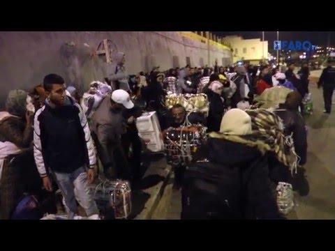 300 porteadores cruzan en avalancha la frontera Ceuta-Marruecos
