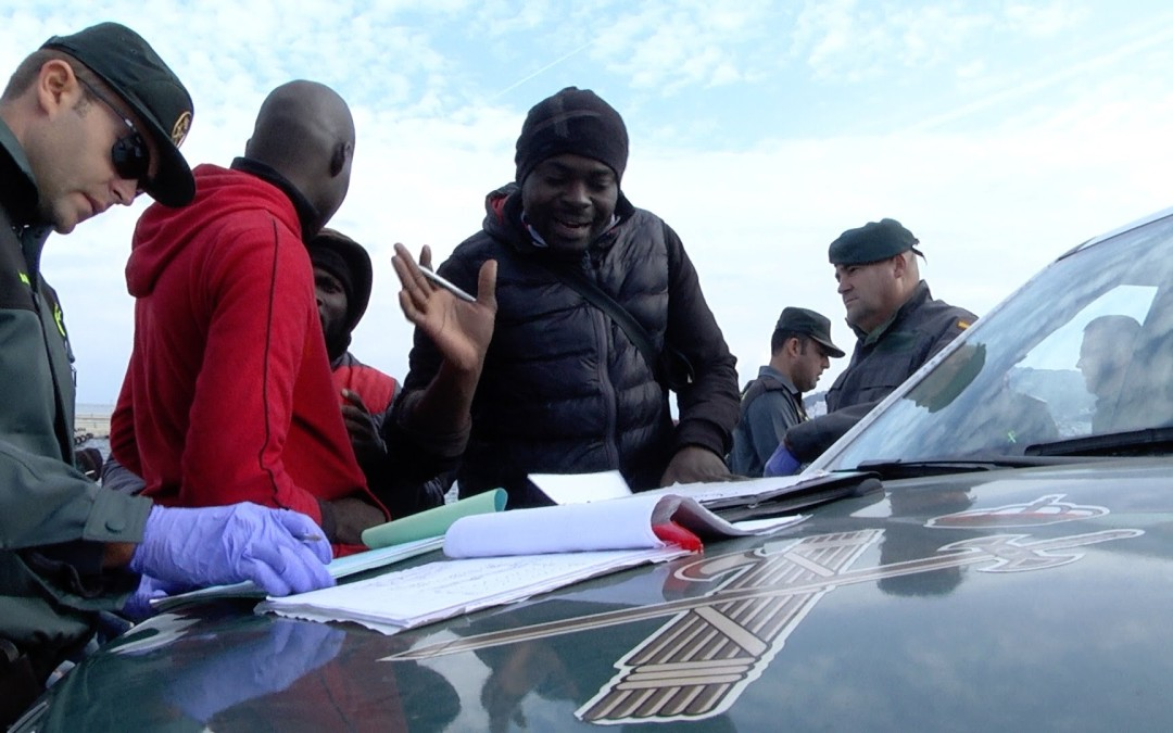 La Guardia Civil escolta a puerto a una patera con 15 inmigrantes subsaharianos
