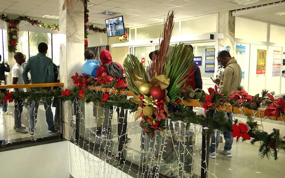 Más de 60 inmigrantes parten para la península entre los adornos navideños