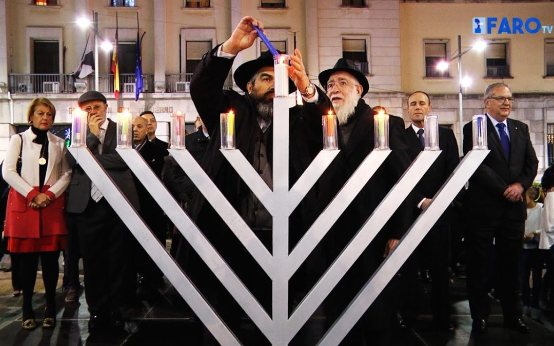 La luz de la Januquía brilla en la Plaza de los Reyes