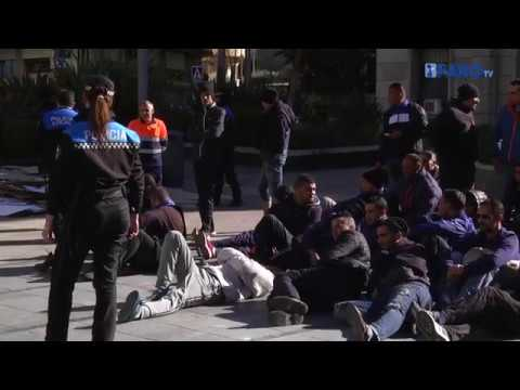 Los argelinos continúan su protesta en la Plaza de los Reyes