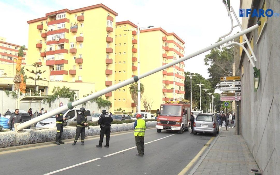 La caída de una farola corta el tráfico en Avenida de África