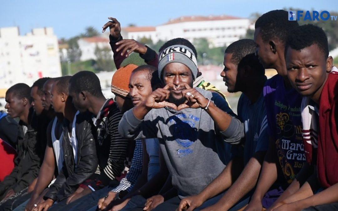 Al menos 17 inmigrantes llegan a la Almadraba en una neumática