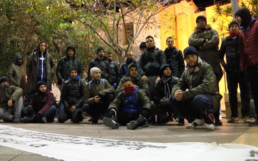 Segunda noche en la plaza de los Reyes para el colectivo argelino