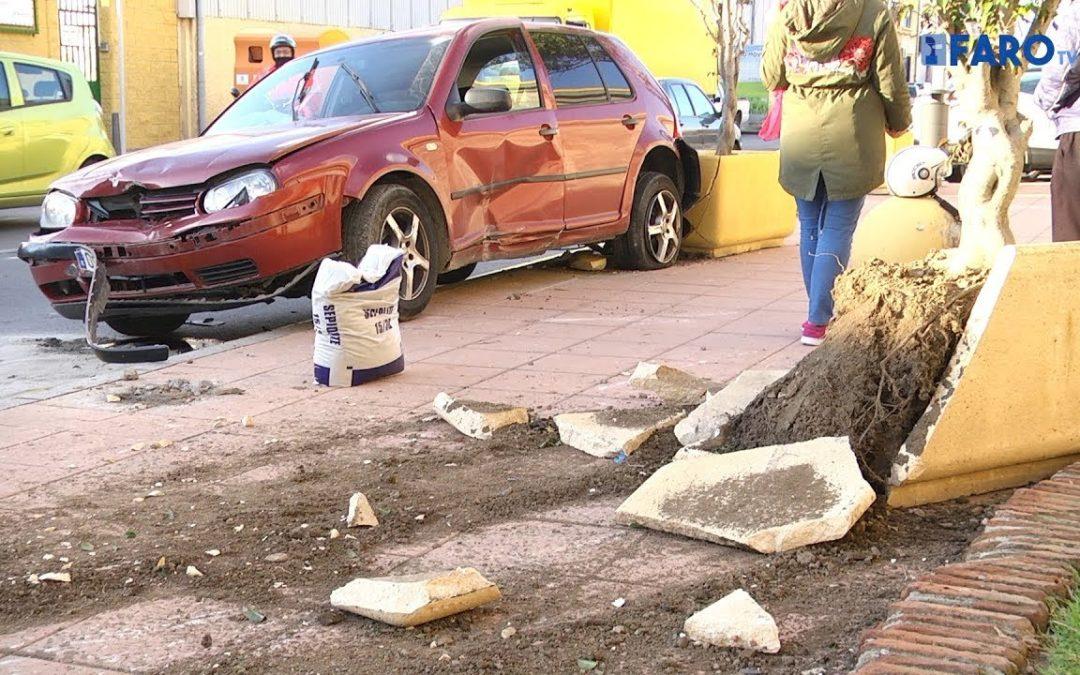 Un vehículo chocó contra dos bolardos y un macetero