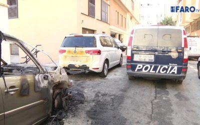 Un coche queda calcinado tras ser quemado en el centro de Ceuta