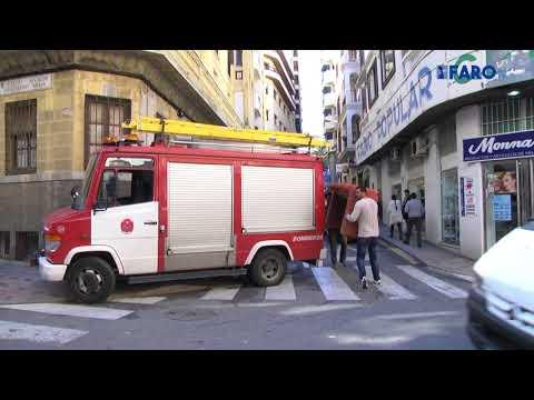 Bomberos sanea la fachada de un edificio en la calle Sargento Mena