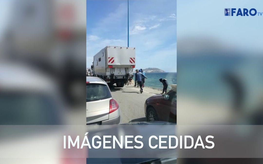 Así intentan entrar desde el lado marroquí los menores para cruzar a Ceuta