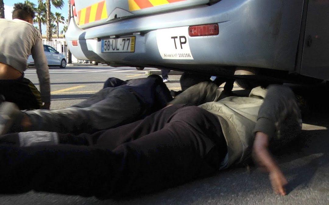 Acoso al autobús  desesperación en el puerto de Ceuta