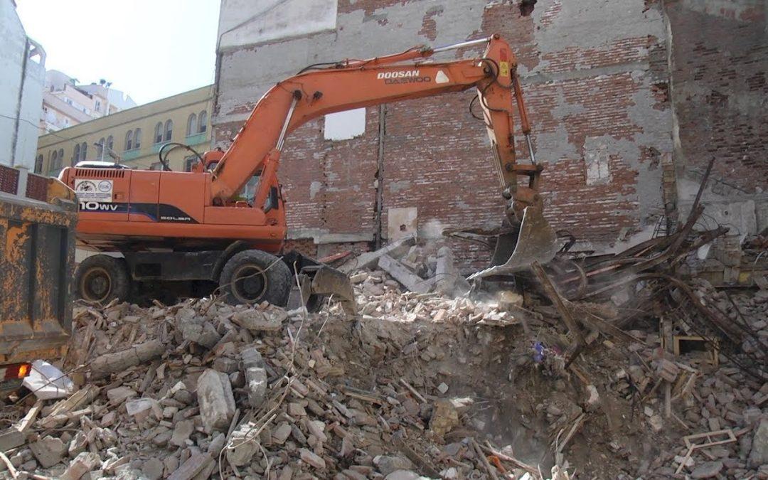 Tras los restos del derribo en calle Antioco