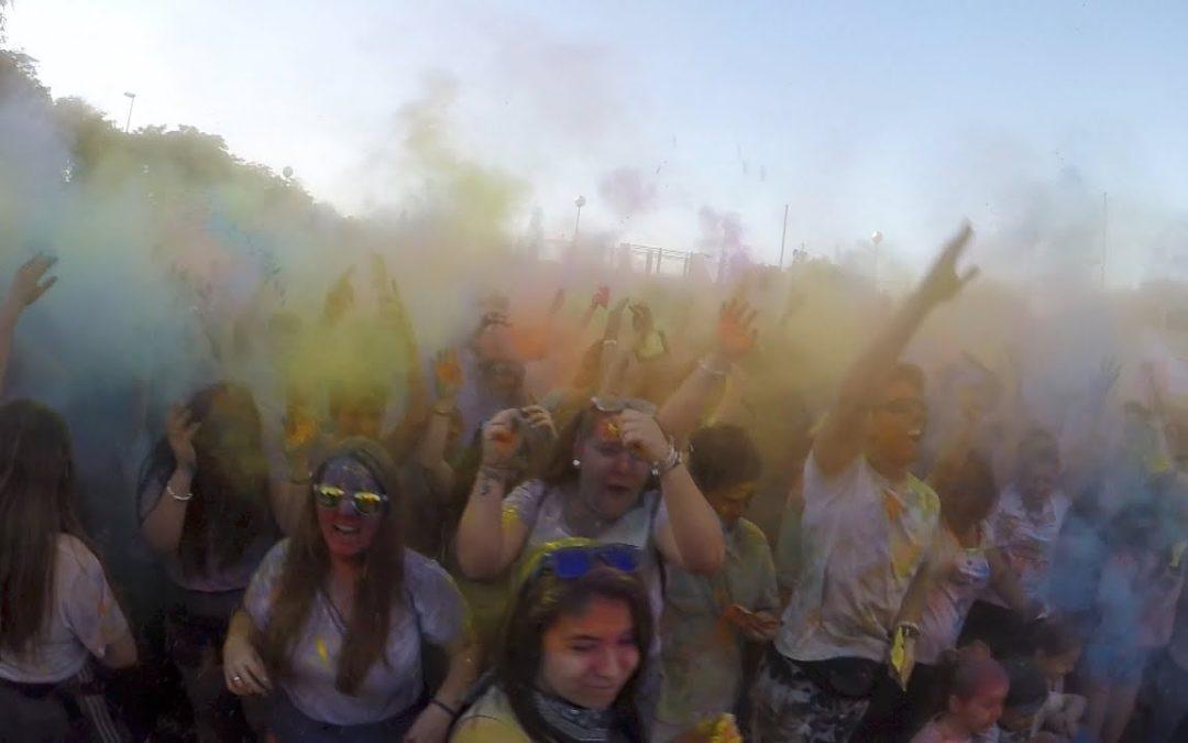 Cientos de ceutíes abrazan la bandera de los mil colores