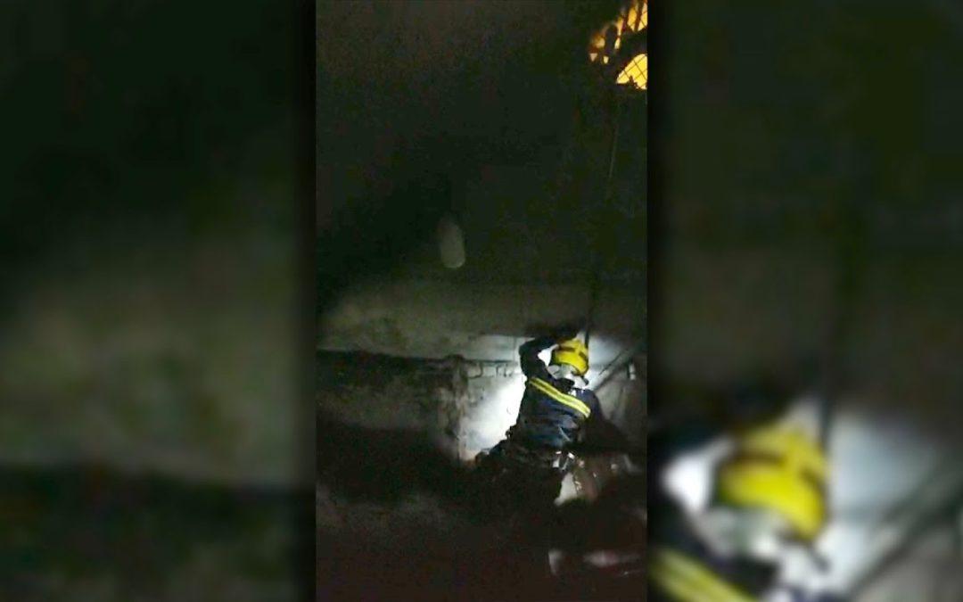 Bomberos realiza un complicado rescate tras precipitarse un hombre desde 15 metros de altura en Hadu