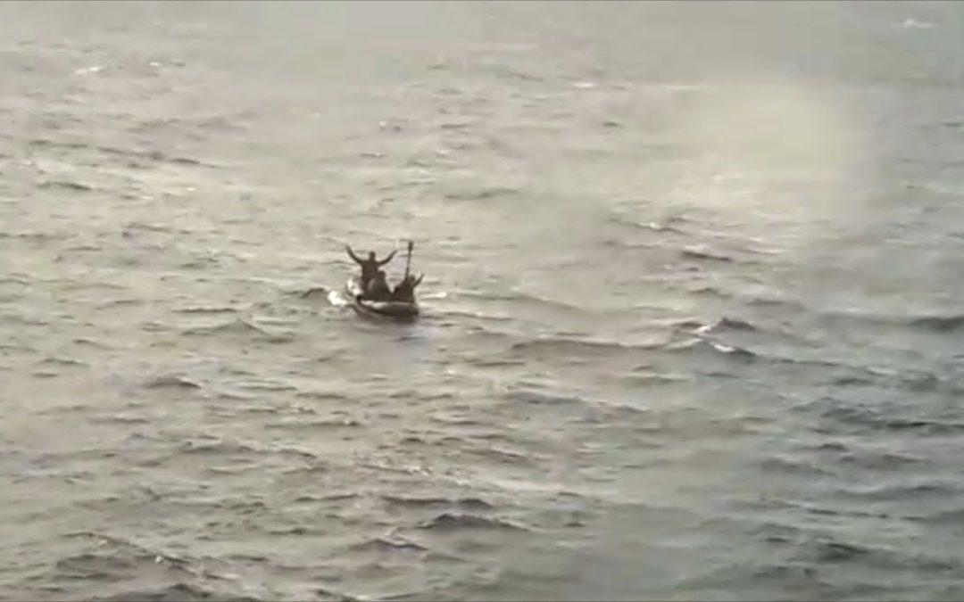 Salvamento Marítimo rescata una toy con subsaharianos en pleno temporal en el Estrecho